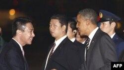 Predsednika Obamu je na aerodromu u Tokiju dočekao šef japanske diplomatije Seidji Mehara.