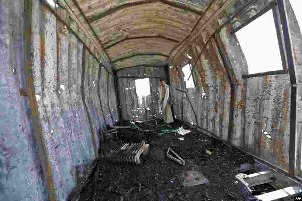 예멘 수도 사나에서 사우디 주도 아랍 동맹군의 공습이 있은 직후, 주민이 폐허가 된 발전소를 살펴보고 있다.