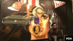 """Nghệ sỹ cựu chiến binh Việt Nam Jesse Trevino trước tác phẩm """"Mi Vida"""" của ông tại bảo tàng Nghệ thuật Mỹ Smithsonian ở Washington, DC, hôm 14/3. Người nghệ sỹ 73 tuổi mất cánh tay phải khi chiến đấu ở Việt Nam những đã vượt qua nỗi đau để học vẽ bằng tay trái."""