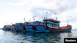 Thuyền đánh cá của ngư dân Việt Nam neo đậu gần đảo Lý Sơn, Quảng Ngãi.