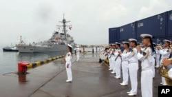 8月8日星期一,美軍本福德號導彈驅逐艦抵達青島開始訪問。