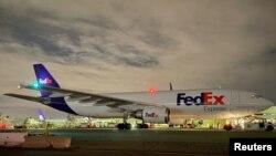 Máy bay chở vắc-xin của hãng FedEx.