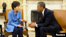 President AS Barack Obama (kanan) menerima kunjungan Presiden Korea Selatan Park Geun-hye di Gedung Putih, Selasa (7/5).