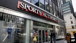 ,Hace diez años Sports Authority era la minorista de artículos deportivos más grandes del país. Sin embargo, por problemas de deuda, fue adquirida por Dicks Sporting Goods que ha crecido ofreciendo al público una mejor experiencia en las tiendas.