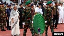 Thủ tướng Bangladesh Sheikh Hasina bày tỏ lòng thương tiếc trước linh cữu của những nạn nhân bị giết hại tại một tiệm ăn ở thủ đô Dhaka, ngày 4 tháng 7 năm 2016.