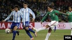 Javier Hernandez (kanan) menendang gol satu-satunya Meksiko melawan Argentina pada hari Minggu lalu.