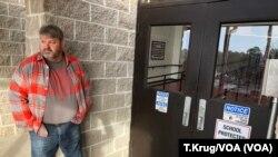 Muchos colegios en Arkansas han comenzado a armar a sus profesores con la esperanza de evitar un futuro tiroteo. El entrenador Dale Cresswell fuera de un colegio en Herber Springs, Arkansas, el 11 de diciembre del 2018