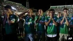 Cầu thủ của đội bóng Chapecoense tưởng nhớ đồng đội của mình ở sân vận động Arena Condado, Chapeco, Brazil, ngày 30/11/2016.