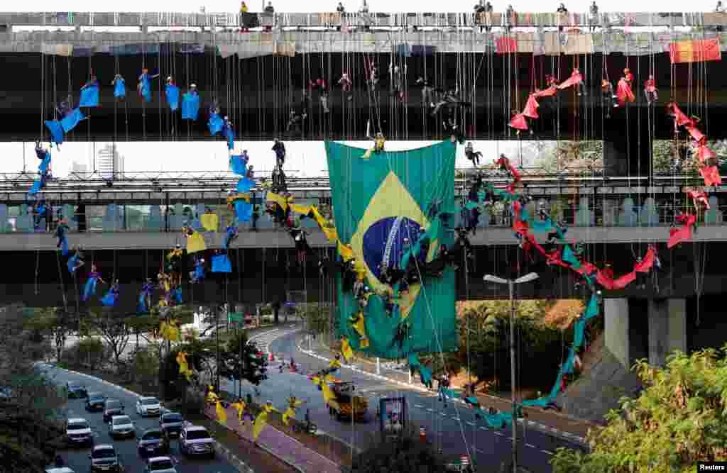 Des personnes descendent en rappel de l'anneau olympique à Sao Paulo, Brésil, le 31 juillet 2016.
