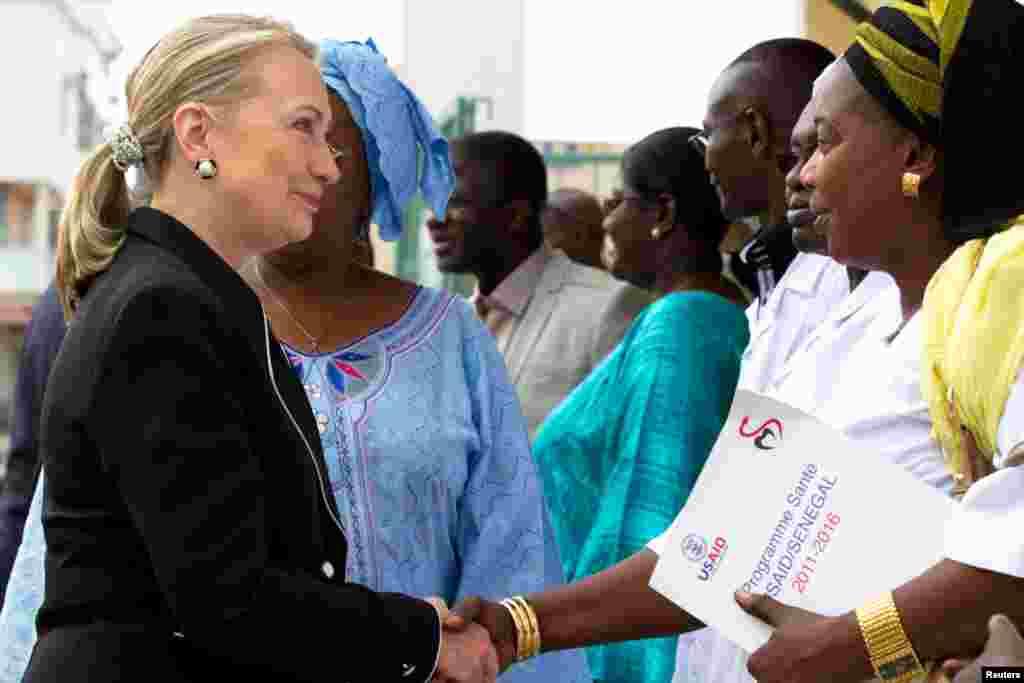 Bà Clinton chào hàng người trong chuyến tham quan Trung tâm Y tế Philippe Senghor ở Dakar, thủ đô Senegal, 1 tháng 8, 2012.