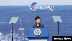 박근혜 한국 대통령이 25일 국립대전현충원에서 열린 제1회 서해수호의 날 기념식에서 기념사를 하고 있다.
