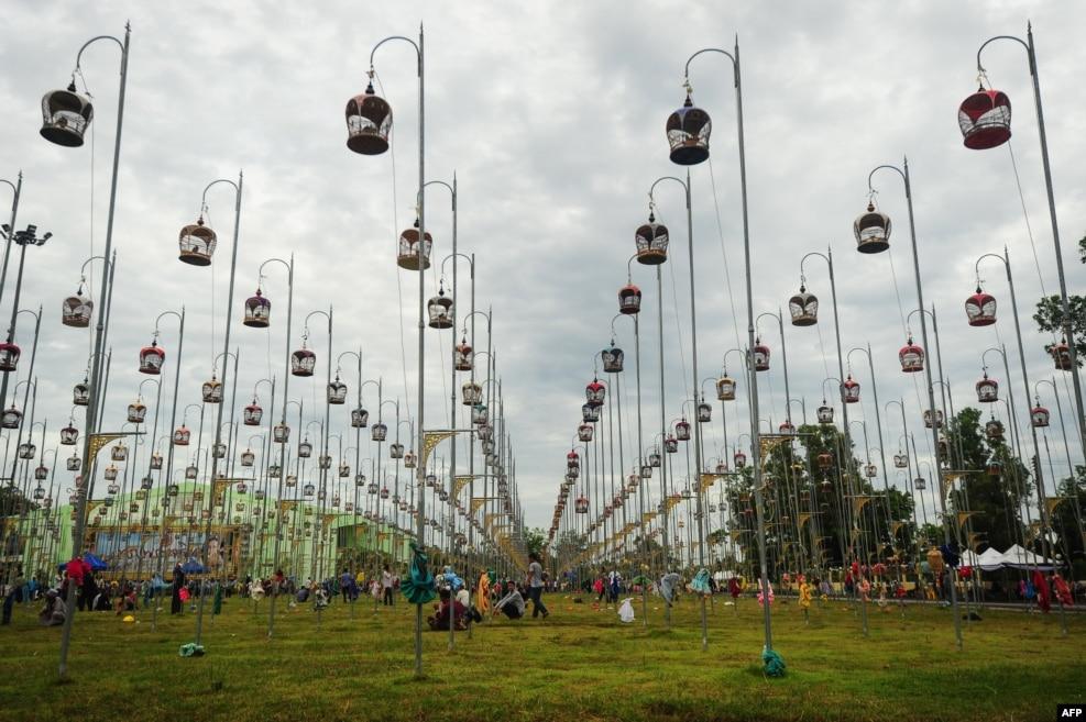 태국 남부 나라티왓 주에서 지난 20일(현지시간) 진행된 조류 노래 경연대회에 나온 새들이 공중에 매달린 새장 안에 줄지어 있는 모습.