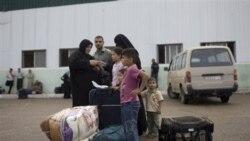 یک خانواده فلسطینی برای ورود به مصردر انتظار عبور از مرز رفح در جنوب نوار غزه. شنبه ۲۸ مه ۲۰۱۱