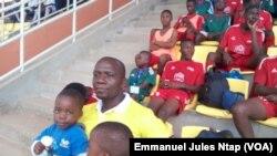 Dans les gradins de l'un des stades d'entraînement de la CAN 2019, Daniel Penda, membre de la commission nationale de football jeune, fustige la sortie du président Ahmad Ahmad, le 15 août 2017. (VOA/Emmanuel Jules Ntap)