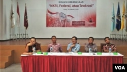 Dari kiri ke kanan: Direktur KPPOD Robert Endi Jaweng, Hamdi Muluk, Hasudungan Sirait (moderator), Presiden PKS Sohibul Iman, Dosen UBK Ade Reza Hariyadi (Foto: VOA/A.Bahagaskoro).