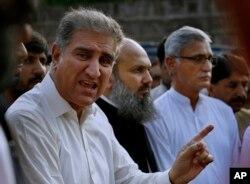 پاکستان تحریک انصاف کے رہنما شاہ محمود قریشی میڈیا سے بات کر رہے ہیں۔ فائل فوٹو