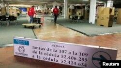ພວກຄົນງານ ພວມຍ່າງກາຍໜ່ວຍປ່ອນບັດແຫ່ງນຶ່ງ ກ່ອນການເລືອກຕັ້ງປະທານາທິບໍດີ ທີ່ນະຄອນຫຼວງ Bogota (24 ພຶດສະພາ 2014)