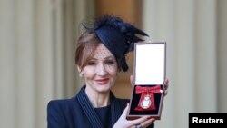 JK Rowling berpose setelah menerima medali kehormatan Companion of Honour dari Pangeran William, di Buckingham Palace, London, 12 Desember 2017.