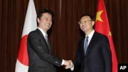 Menlu Jepang Koichiro Gemba (kiri) berjabat tangan dengan Menlu Tiongkok Yang Jiechi (Foto: dok). Seusai pertemuan kedua menlu di sela-sela sidang majelis umum PBB, sengketa wilayah yang meruncing antara Tiongkok dan Jepang menunjukkan belum adanya tanda-tanda perbaikan, Selasa (25/9).