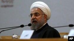 Presiden Iran Hassan Rouhani berbicara dalam Konferensi intrnasional Persatuan Islam di Teheran (27/12) lalu.