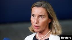La jefa de política exterior de la Unión Europea, Federica Mogherini, habló con la prensa antes de una reunión de cancilleres de la UE en Bruselas el lunes, 17 de julio de 2017.