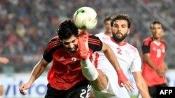 Syam Ben Youssef, à gauche, se bat pour le ballon contre Aly Gabr Mosaab, Tunisie, le 11 juin 2017.