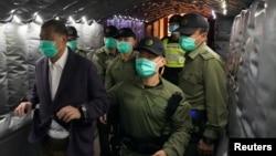 香港警察押送壹传媒创办人黎智英离开法院。(2020年12月31日)