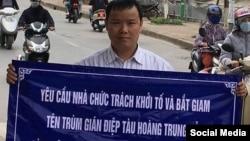 Blogger Lê Anh Hùng và một băng rôn tố cáo lãnh đạo Việt Nam. Facebook Lê Anh Hùng