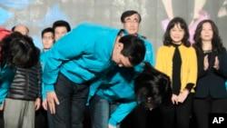 在台湾大选中败选的国民党总统候选人朱立伦和夫人高婉倩向支持者鞠躬致歉(2016年1月16日)