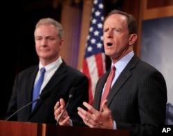 미국 상원의 민주당 소속 크리스 밴 홀런 의원(왼쪽)과 공화당 소속 팻 투미 의원이 지난 7월 워싱턴에서 기자회견을 갖고 새 대북제재 법안에 대해 설명했다.
