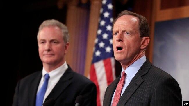 资料照:(右)共和党联邦参议员图米(Sen. Pat Toomey, R-PA)和(左)民主党联邦参议员范.荷伦(Sen. Chris Van Hollen, D-MD)在记者会上发言。(2017年7月12日)