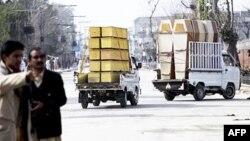 Вантажівки везуть труни до тренувального центру пакистанського війська у Мардані