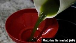 Huile d'olive fraichement pressée.