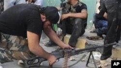 Para pemberontak Suriah menyiapkan senjata mereka di Salqin, provinsi Idlib (foto: dok). Serangan udara Suriah di Salqin menewaskan sedikitnya 21 orang.