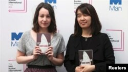 La romancière sud-coréenne Han Kang et la traductrice Deborah Smith (G) à Londres, en Grande-Bretagne, le 15 mai 2016. (Photo REUTERS/Neil Hall)