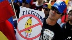 """Un venezolano protesta en Madrid el """"fraude"""" en las elecciones venezolanas del 14 de abril."""