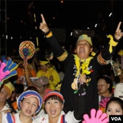"""Kelompok nasionalis """"kaos Kuning"""" melakukan demonstrasi terpisah menuntut mundurnya PM Abhisit (13/2)."""