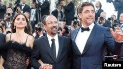 اصغر فرهادی کارگردان فیلم «همه می دانند» در بین دو بازیگر فیلم: «پنه لوپه کروز» و «خاویر باردم»