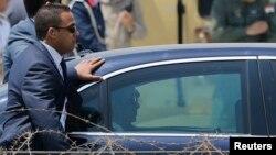Abdel Fattah al-Sissi, président d'Egypte, à bord d'un véhicule entouré par ses gardes du corps, Caire, 8 juin 2014. REUTERS/Amr Abdallah Dalsh