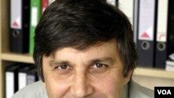 Geim, de 51 años, siendo estudiante de doctorado en Holanda, inicio investigaciones con Novoselov. Ambos hombres son ahora profesores de la Universidad de Manchester.