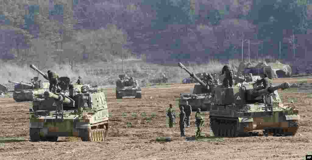 South Korean Army soldiers work on their K-9 self-propelled artillery vehicles during an exercise near the border village of Panmunjom in Paju, South Korea, March 11, 2013.