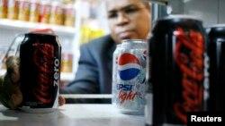베네수엘라 카라카스의 한 수퍼마켓에서 손님이 코카콜라 제로를 집어들고 있다. (자료사진)