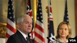 Menhan AS Robert Gates dan Menlu AS Hillary Clinton saat konferensi pers di Melbourne, Australia.