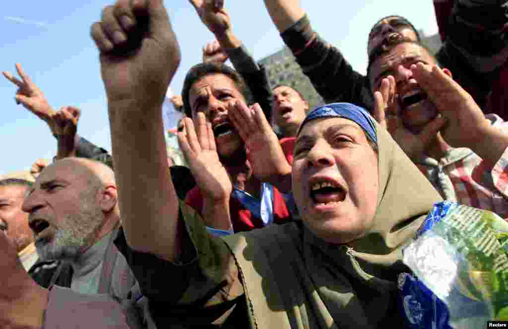 Protesters chant anti-government slogans in Tahrir Square in Cairo, Egypt, November 30, 2012.