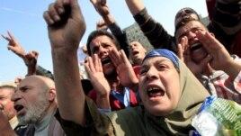 Manifestantes corean consignas antigubernamentales en la Plaza Tahir, en Cairo Egipto, insatisfechos por las reformas a la Constitución.