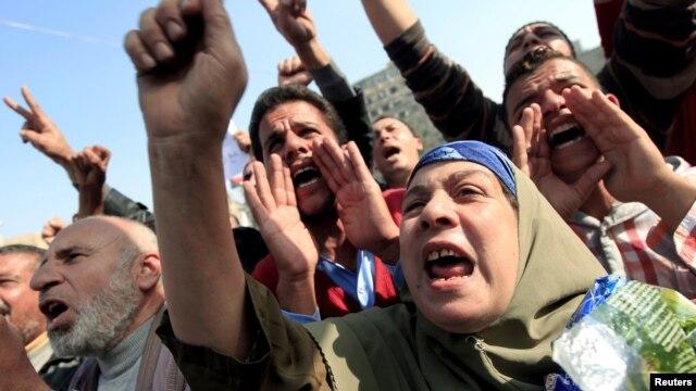Người biểu tình xuống đường chống chính phủ tại Quảng trường Tahrir ở Cairo, ngày 30/11/2012.