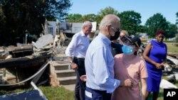 Prezidan Joe Biden pale ak sitwayen nan yon katye kote lap enspekte dega Ouragan Ida koze nan Manville, New Jerze, 7 Sept. 2021.