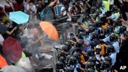 香港金融区: 成千上万的人堵塞一条主要道路,防暴警察使用胡椒喷雾
