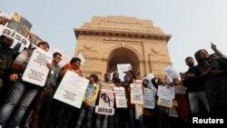 دہلی کے انڈیا گیٹ پر شہریت کے متنازعہ قانون کی مخالفت میں پلے کارڈ اٹھائے مظاہرین (فوٹو، رائٹرز)