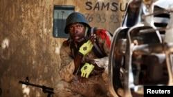 Một binh sĩ Mali đang chiến đấu với các phần tử chủ chiến Hồi giáo ở Gao, Mali, 21/2/13